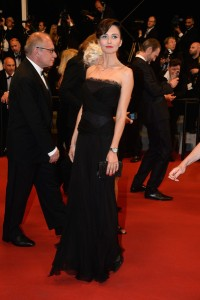 Anna Safroncik con un vestido negro de la diseñadora Alberta Ferretti.