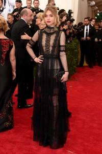 Imogen Poots con un vestido negro con transparencias de la diseñadora Alberta Ferretti colección Fall 2015.
