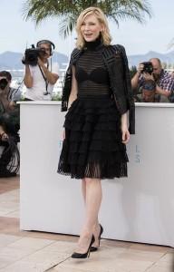 """Cate Blanchett en el photocall de la película """"Carol"""" con un vestido negro de cuerpo transparente y falda de volantes de Alexander McQueen Fall 2015."""
