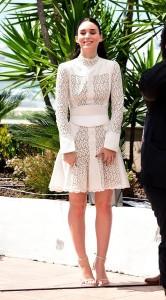 """Rooney Mara en el photocall de """"Carol"""" con un vestido blanco de manga larga de Alexander McQueen Pre-Fall 2015."""