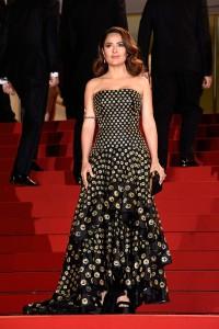 Salma Hayek con un vestido negro con topos dorados de Alexander McQueen Resort 2013.