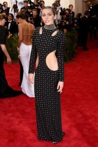Miley Cyrus, con un vestido más adecuado para la gala del año pasado que estaba dedicada al mundo punk, del diseñador Alexander Wang colección Fall 2015.