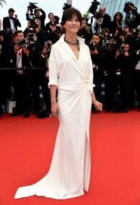 Sophie Marceau con un vestido blanco camisero de la firma Alexandre Vauthier Couture Spring 2015.