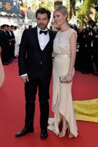 Lilou Fogli, con su marido Clovis Cornillac, con un vestido en color crudo de Alexis Mabille.