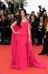 Mallika Sherawat con un vestido rosa fúcsia de la firma Alexis Mabille colección Spring 2015.
