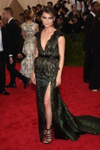La actriz Keri Russell con un vestido verde con cuerpo de plumas del diseñador Altuzarra.
