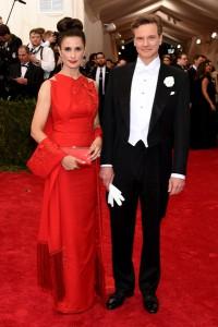 Livia Giuggioli, con su marido Colin Firth, con un vestido rojo con bordados florales de Antonio Berardi.