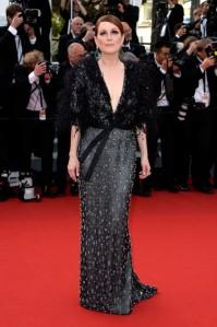 Julianne Moore en la cerimonia de inauguración con un vestido gris y negro con incrustaciones y plumas de la firma Armani Privé colección Spring 2015.
