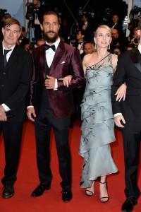 Naomi Watts, en la foto con Matthew McConaughey y Gus Van Sant,  con un vestido azul claro estampado de corte asimétrico de Armani Privé Spring 2015.