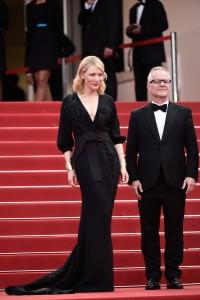 Cate Blanchett, siempre elegante, con un vestido negro de la firma Armani Privé colección Spring 2015.