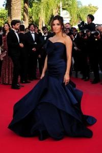 Eva Longoria con un vestido azul marino de la firma Atelier Versace.