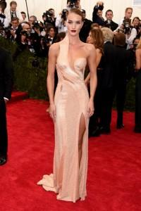 Rosie Huntington-Whiteley con un vestido asimétrico color salmón de la firma Atelier Versace colección Spring 2015.
