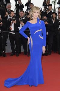 Jane Fonda con un vestido azul de manga larga de Atelier Versace Spring 2015.