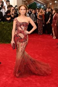 Jennifer Lopez con un vestido con transparencias y un estampado en forma de dragón de Atelier Versace.