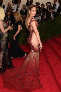 Imagen del vestido desde la parte lateral-trasera.