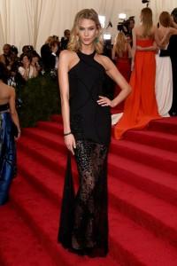 Karlie Kloss con un vestido negro con transparencias en la falda de Atelier Versace Spring 2015.