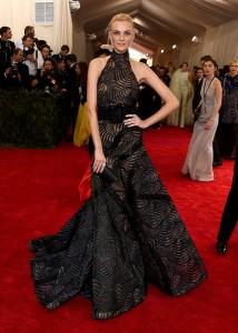 La modelo Caroline Trentini con un vestido negro estampado con transaparencias de Atelier Versace.