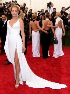 Uma Thurman, siempre elegante, con un vestido blanco asimétrico de Atelier Versace.