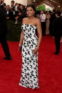 Taraji P. Henson con un vestido blanco con estampado negro de la firma Balenciaga.