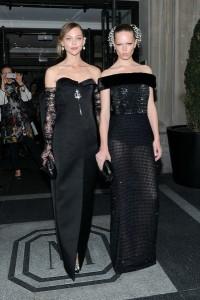 Sasha Pivovarova y Anna Ewers las dos con vestidos negros de la firma Balenciaga.