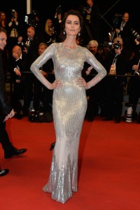 Catrinel Marlon con un vestido de paillettes de la firma Blumarine.