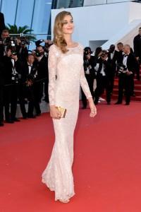 Ana Beatriz Barrios con un vestido blanco de manga larga de la firma Blumarine.