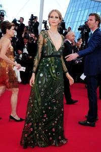 Poppy Delevigne con un vestido verde con estampados de la firma Burberry.