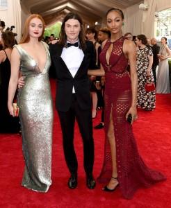 Sophie Turner con un vestido de paillettes plateado, Jamie Bay con un esmoquing negro y Jourdan Dunn con un vestido rojo con transparencias, los tres de Burberry.