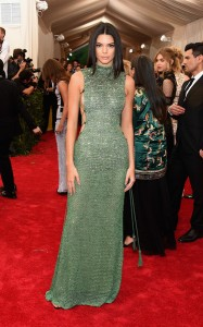 Kendall Jenner con un vestido verde de paillettes destapado de los lados de la firma Calvin Klein Collection.