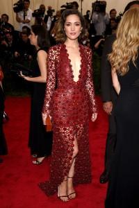Rose Byrne con un vestido rojo escotado con transparencias y aplicaciones de Calvin Klein Collection.