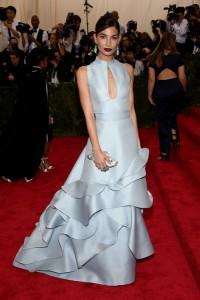 La modelo Lily Aldrige con vestido azul claro con volantes en la falda de la diseñadora Carolina Herrera.