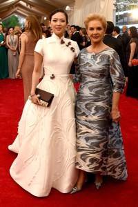 Zhang Ziyi con un maravilloso vestido blanco de corte princesa de la diseñadora Carolina Herrera, acompañada por la diseñadora con un vestido multicolor diseñado por ella misma.