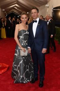 Alexi Ashe con su esposo el presentador Seth Meyers con un vestido bicolor de corte princesa de la diseñadora Carolina Herrera.