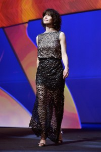 Sophie Marceau, miembro también del jurado, con un vestido negro con transparencias de la firma Chanel Haute Couture Fall 2011.