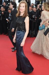 Isabelle Huppert con un vestido de cuerpo negro y falda azul marino de Chanel Haute Couture Fall 2011.