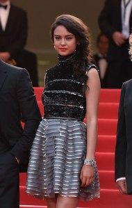 """Courtney Eaton, una de las actrices de """"Mad Max: Fury Road"""", con un corto vestido negro y gris de Chanel Haute Couture Fall 2014."""