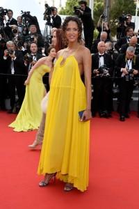Noemié Lenoir con un vestido amarillo con la espalda descubierta de la firma Chloé colección Spring 2015.