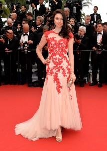 Emma Miller con un vestido en tonos salmón y rojo del diseñador francés Christophe Guillarmé.