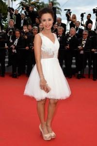 Aïda Touihri con un vestido corto de color blanco del diseñador Christophe Guillarmé.