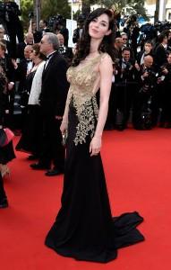 Sarah Barzyk Aubrey con un vestido negro y dorado con transparencias del diseñador francés Christophe Guillarmé.
