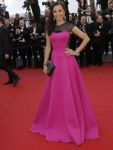 Aida Touhiri con un vestido rosa y negro del diseñador francés Christophe Guillarmé.