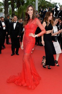Chris Pitanguy con un vestido rojo con brillantes plateados del diseñador Christophe Guillarmé.
