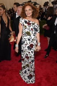 La diseñadora Diane Von Furstenberg con un vestido blanco con estampado floral diseñado por ella misma.