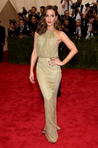 Kate Beckinsale con un vestido dorado de cuello halter de la diseñadora Diane Von Furstenberg.