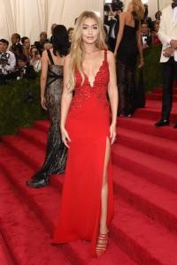 Gigi Hadid con un vestido rojo con tirantes de la diseñadora Diane Von Furstenberg.