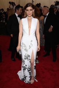 Kate Mara con un vestido muy escotado de color blanco con estampado de flores plateado y corte lateral de Diane Von Furstenberg.