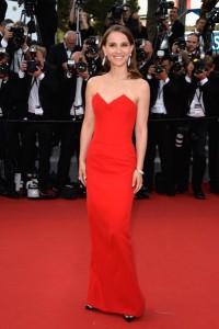 Natalie Portman con un elegante a la vez que sencillo vestido rojo de la firma Dior de la que es imagen.