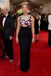Jennifer Lawrence con un vestido negro con top de flores de la firma Dior de la colección Haute Couture spring 2015.