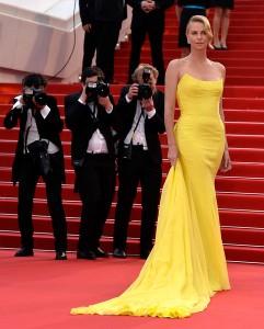 Charlize Theron muy elegante con un vestido amarillo de la firma Dior de la que es imagen.