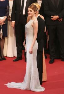 Emma Stone, protagonista de nueva película de Woody Allen que se presentaba en el festival, con un vestido de Dior.